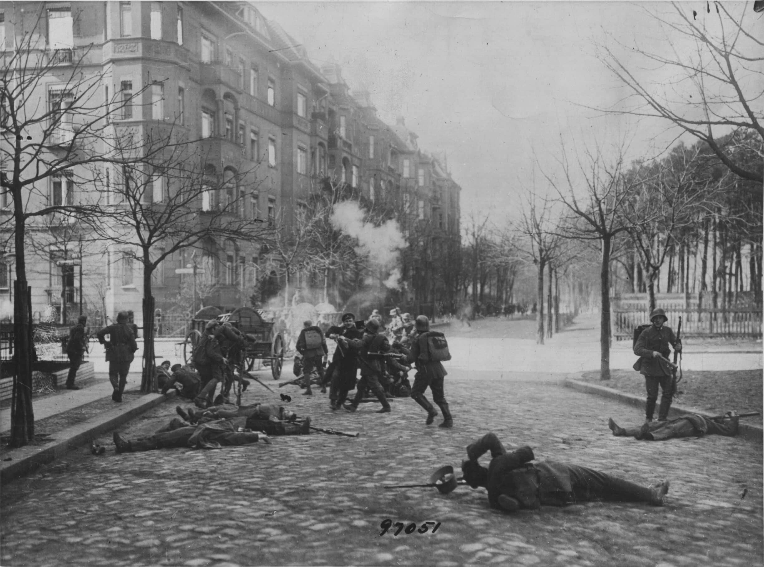 Gadekampe mellem regeringstropper og revolutionære militser i Berlin i september 1919.. Photo af Keystone/Getty Images. Public Domain.