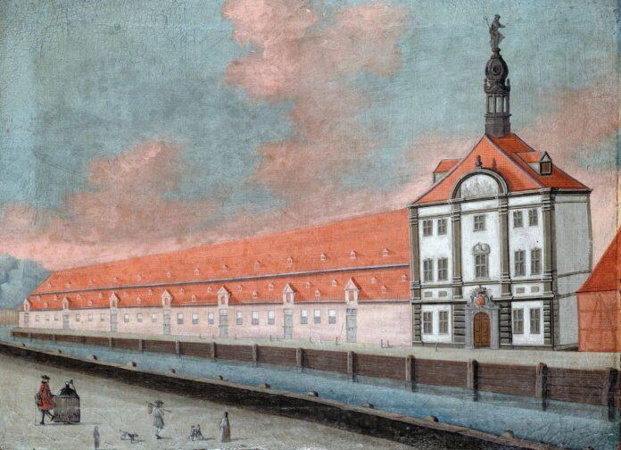 På billedet ses Takkelhuset, som var en stor magasinbygning, på et maleri fra 1749. Bygningen var formentlig tegnet af Phillip de Lange (1704-1766) og havde på den smukke pavillonbygning en statue af guden Neptun på toppen af spiret. Ukendt kunstner. Public Domain.