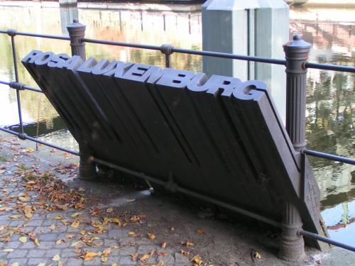 Monument af Ralf Schüler ved Landwehrkanal i Berlin, sliske-formet for at symbolisere at hendes lig her blev smidt i denne kanal, 15.10.2005. Rettighedsindehaver: Glückspirat. Public Domain.