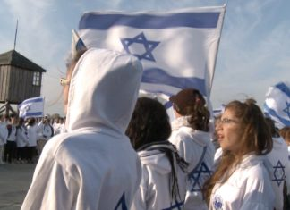 "Schreenshot from the film ""Defamation"", af Yoav Shamir: The films Israeli schoolchildren with banners visits the KZ-Camp Auschwitz."