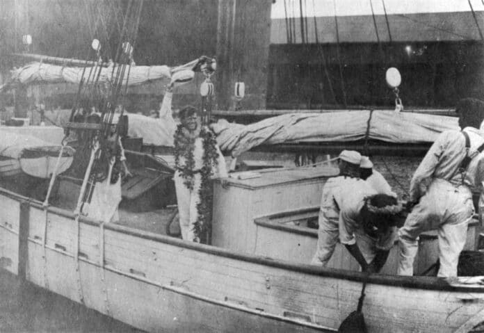 Jack London with maile lei in Hawaii, before 1916. Photo: Unknown. Public Domain.