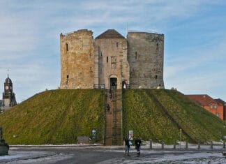 "Clifford's Tower, York, where Robert Aske (c. 1500–1537), the leader of the rebellion ""the Pilgrimage of Grace"", was executed. Photo: Taken 11 December 2010 by Tim Green from Bradford. (CC BY 2.0)."
