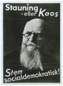 """Ikonisk plakat """"Stauning eller Kaos"""". Plakat lavet med billede af Reimert Timotheus Rahe Kehlet (1885-1971), fotograf. (CC BY-NC-ND 4.0). Samling: Det kongelige Biblioteks Billedsamling."""