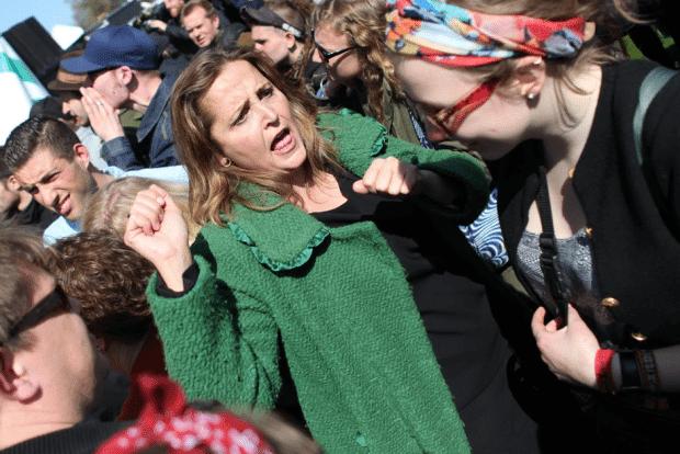 SFs minister Pia Olsen Dyhrs opførsel blev genstand for debat. Her er hun ifølge SFere igang med at forsvare sig imod fysiske overfald!! (Foto: Anders Pedersen/Monsun)