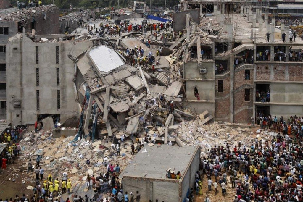 2013 Savar building collapse, Bangladesh. On Wednesday, 24 April 2013 in the Savar Upazila of Dhaka, Bangladesh where an eight-story commercial building named Rana Plaza, collapsed. The search for the dead ended on 13 May 2013 with a death toll of 1,129. 13 May 2013. Source: Flickr: Dhaka Savar Building Collapse. Foto: rijans. (CC BY-SA 2.0) Se mere 24 april 2013 nedenfor.