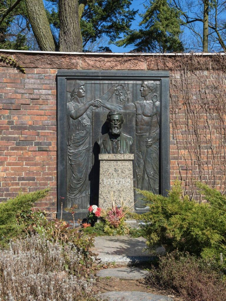 Zentralfriedhof Friedrichsfelde, Berlin-Lichtenberg. Gedenkstätte der Sozialisten, Grab von Wilhelm Liebknecht. Date: 18 March 2015. Photo: © A.Savin, WikiCommons. (CC BY-SA 3.0).