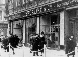 """Reichskristallnacht"" i Magdeburg, november 1938. Ødelagt jødisk forretning, Buchdruckerei L. Sperling & Co. i Otto-von-Guericke Straße 16 med knuste ruder. Photo: Ukendt. Kollektion: Das Bundesarchiv, Koblenz, Tyskland, Bild 146-1970-061-65. CC-BY-SA 3.0."