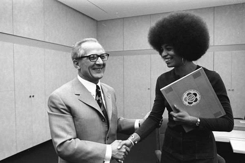 Erich Honecker receives Angela Davis in Berlin. The First Secretary of the Central Committee of the SED, Erich Honecker, received the American civil rights activist Angela Davis on Date 11 September 1972. During this meeting, he presented the representative of the other America with the invitation to the 1973 World Festival of Youth and Students in the GDR capital. Photo: Peter Koard. Collection: Das Bundesarchiv, Koblenz, Germany. (CC BY-SA 3.0 DE).