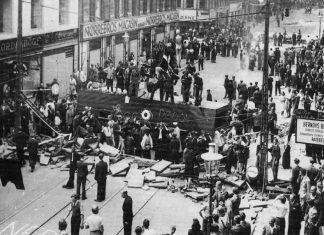 Den store barrikade på Nørrebrogade i København under folkestrejken den 30 juni 1944. Nationalmuseets arkiver. Kilde: flickr.com (CC BY-SA 2.0).