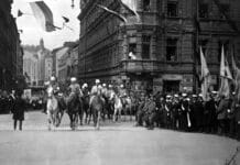 The victory parade of the White Army of Finland was held on Pohjoisesplanadi on 16.5.1918. Here, General Mannerheim and his staff ride to the statue of Runeberg to review the parade troops as they march past. Photograph by Gunnar Lönnqvist. Collection the Helsinki City Museum. (CC BY 4.0).