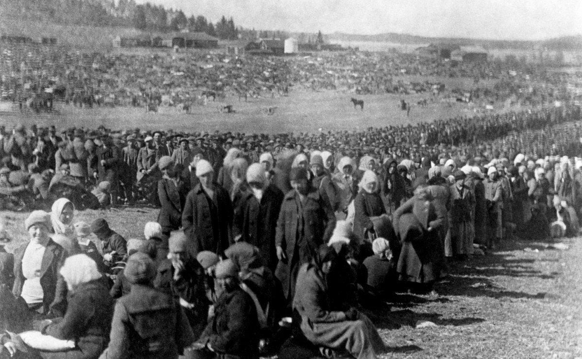 """I 1918 Hennala Detention Center i Lahti, med 2000 kvindelige fanger herunder spædbørn, blev 218 kvinder, de yngste kun 14 år, skudt uden rettergang. Ifølge en nyere undersøgelse (2016) var baggrunden for henrettelserne ideer om racehygiejne: forkælede og genstridige """"røde"""" kvindelige soldatern i bukser blev dæmoniserede i den borgerlige presse - og bødlerne var finner, ikke tyskere som hidtil antaget. Kvinderne blev også udnyttet seksuelt. Foto: Lahti bymuseum"""