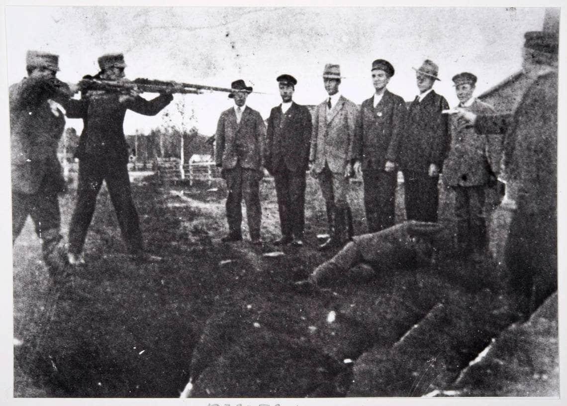 Henrettelser af røde i nærheden af Ekenäs i 1918. Foto / Kollektion: Museo Virasta. (CC BY 4.0).