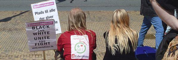De typiske IS-skilte hos Enhedsliste-medlemmer er fortid. Her fra anti-fascistisk demo i Odense juni 2012.