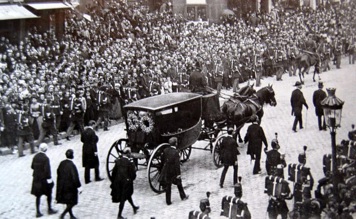 Transfer of the coffin of Victor Hugo to the Panthéon - Paris (Seine, France), 1 June 1885. From Léon and Lévy photographic collection. Photo: Anonymous. Public Domain.