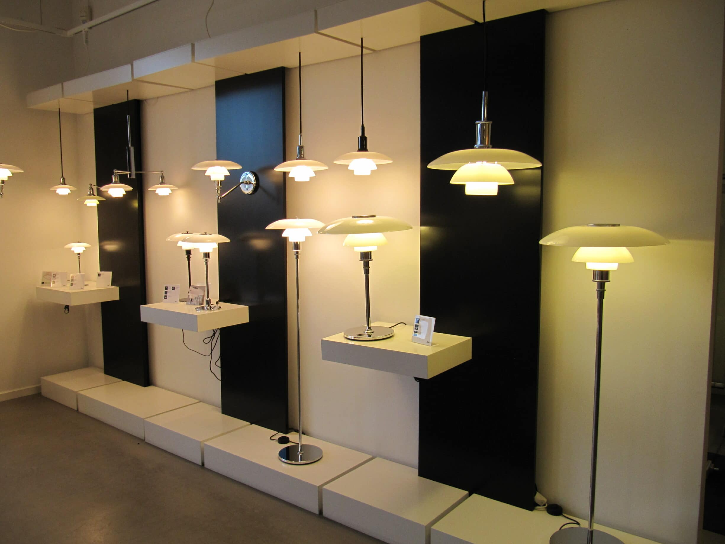Lamper i Poul Henningsens tre-skygge-system, der vises i Louis Poulsens Showroom i København. Foto: Taget 2. september 2011 af lglazier618. (CC BY 2.0).