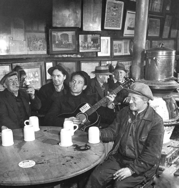 Woody Guthrie in McSorley's, Manhattan, 1943. Photo: D. Smith. (CC BY-NC 2.0).