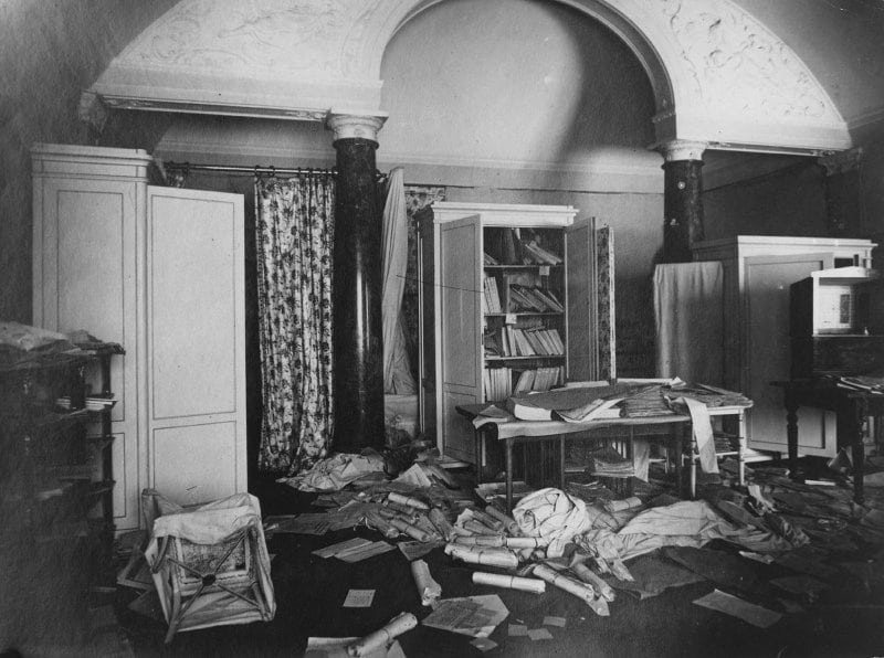 Winter Palace after the seizure by squads of the Soviet Military Revolutionary Committee, 8 November 1917 (26 October 1917 in Julian calendar). Photo: Yakov Vladimirovich Steinberg (1880–1942), Russian photographer. Public Domain.