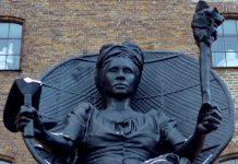 """""""I Am Queen Mary konfronterer os med den 100 år gamle stilhed om Danmarks koloniale fortid. Ved at rejse en statue af en sort dronning, som gjorde modstand mod slavegørelsen, er det offentlige rum blevet til en politisk kamp i modstandens hænder."""" Citat af Af Kevin Shakir - Medstifter af Respons Statue af La Vaughn Belle and Jeannette Ehlers (2018); fotograferet i Kønenhavn, 24 December 2018 Foto: Pburka. (CC BY-SA 4.0) Kilde: Wikimedia Commons"""