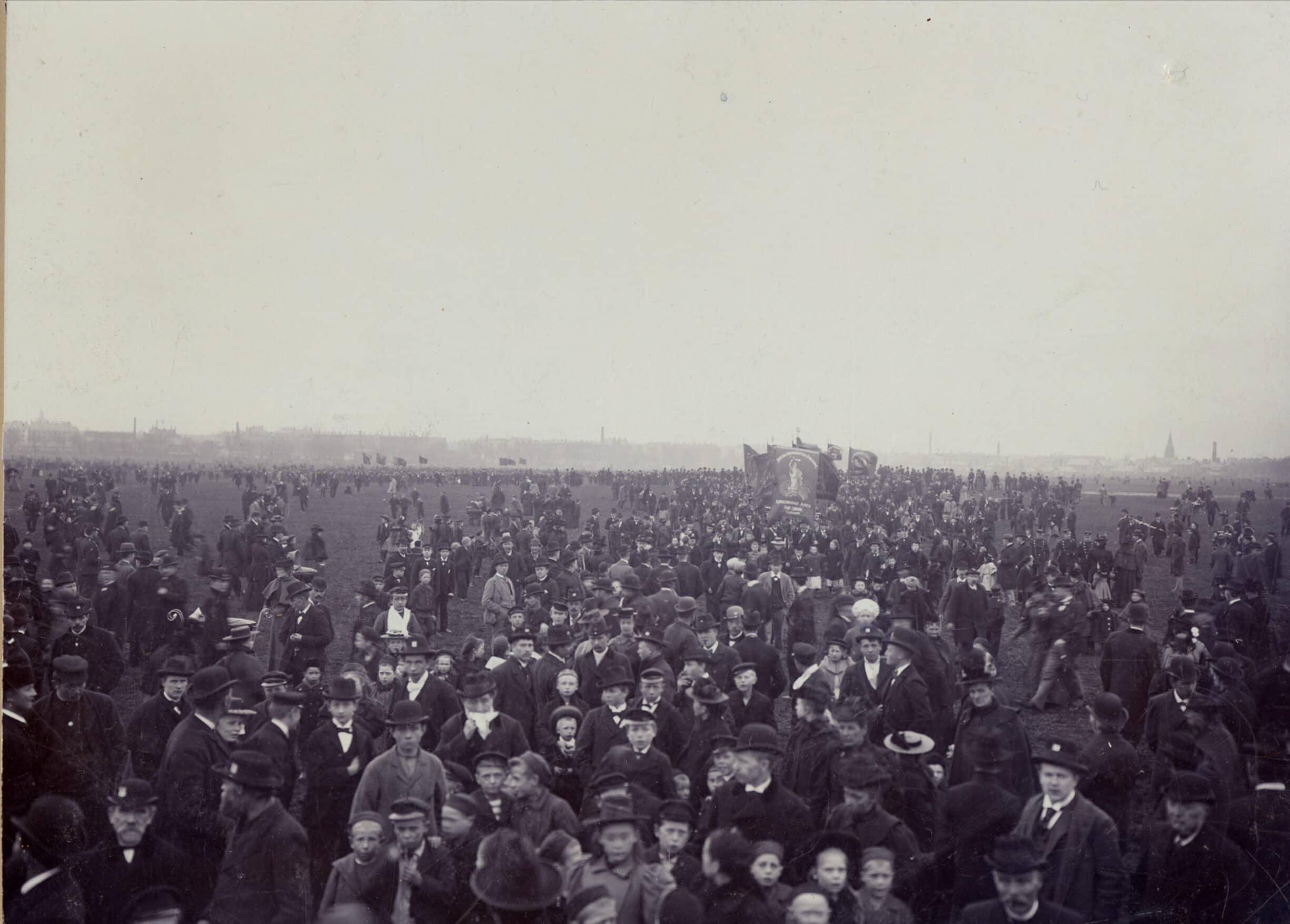 1. maj 1899 med et fremmøde på ca. 50.000 på Fælleden i København. Foto: Ukendt.