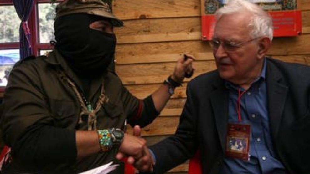 Wallerstein sammen med Zapatisternes subcomandante Marcos, Dec. 2007 Source: https://pueblosencamino.org/?p=536