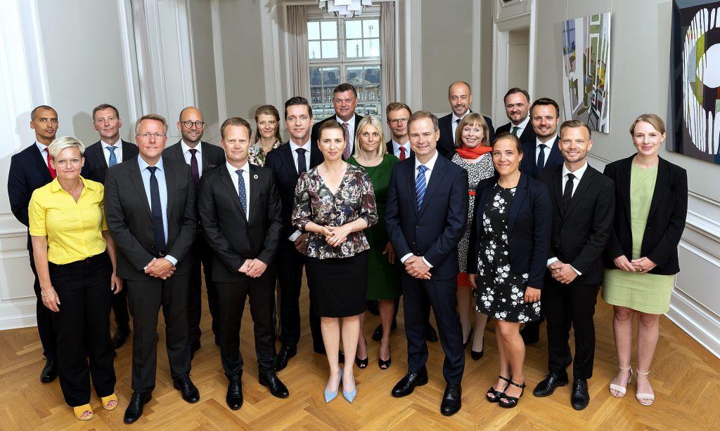 På den første arbejdsdag for den nye regeringen var der tid til at få taget et officielt 'familiefoto' i Egetræssalen i Statsministeriet. Foto Statsministeriet