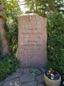 Martin Andersen Nexø gravsten på Assistens Kirkegård i København. Foto taget 5. maj 2018 af Kigsz. (CC BY-SA 4.0).