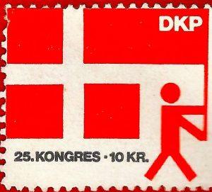 """DKP 25 kongres, kongresmærke. Kongressen vedtog 'Kommunisternes program,' (1976) 'som introducerede en ny antimonopolistisk enhedsstrategi (""""antimonopolistisk demokrati"""")'. (citat partihistorien: https://dkp.dk/historie"""