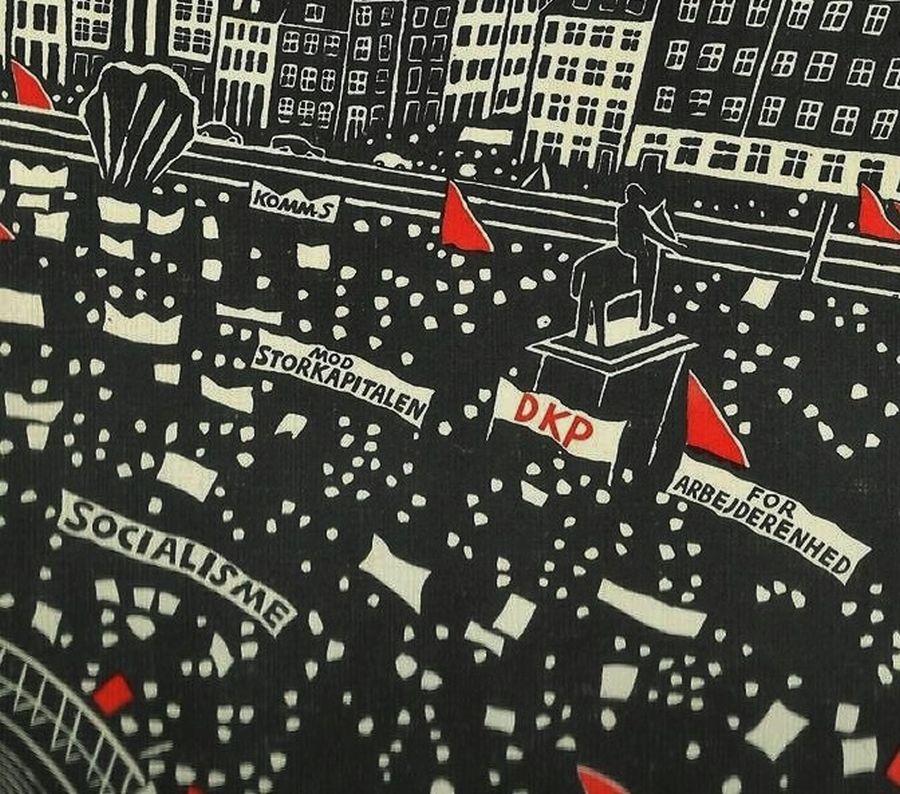 """Kommunisternes Program (det sidste) fra 25. kongres, 23.-26. september 1976 """"er en milepæl i arbejderbevægelsens historie, det var et program der byggede på 50 års erfaringer og kampe:"""" citat: Lars Ulrik Thomsen. Kilde: Facebook, Forside: Grafik af Dea trier mørch/Det kongelige Bibliotek."""