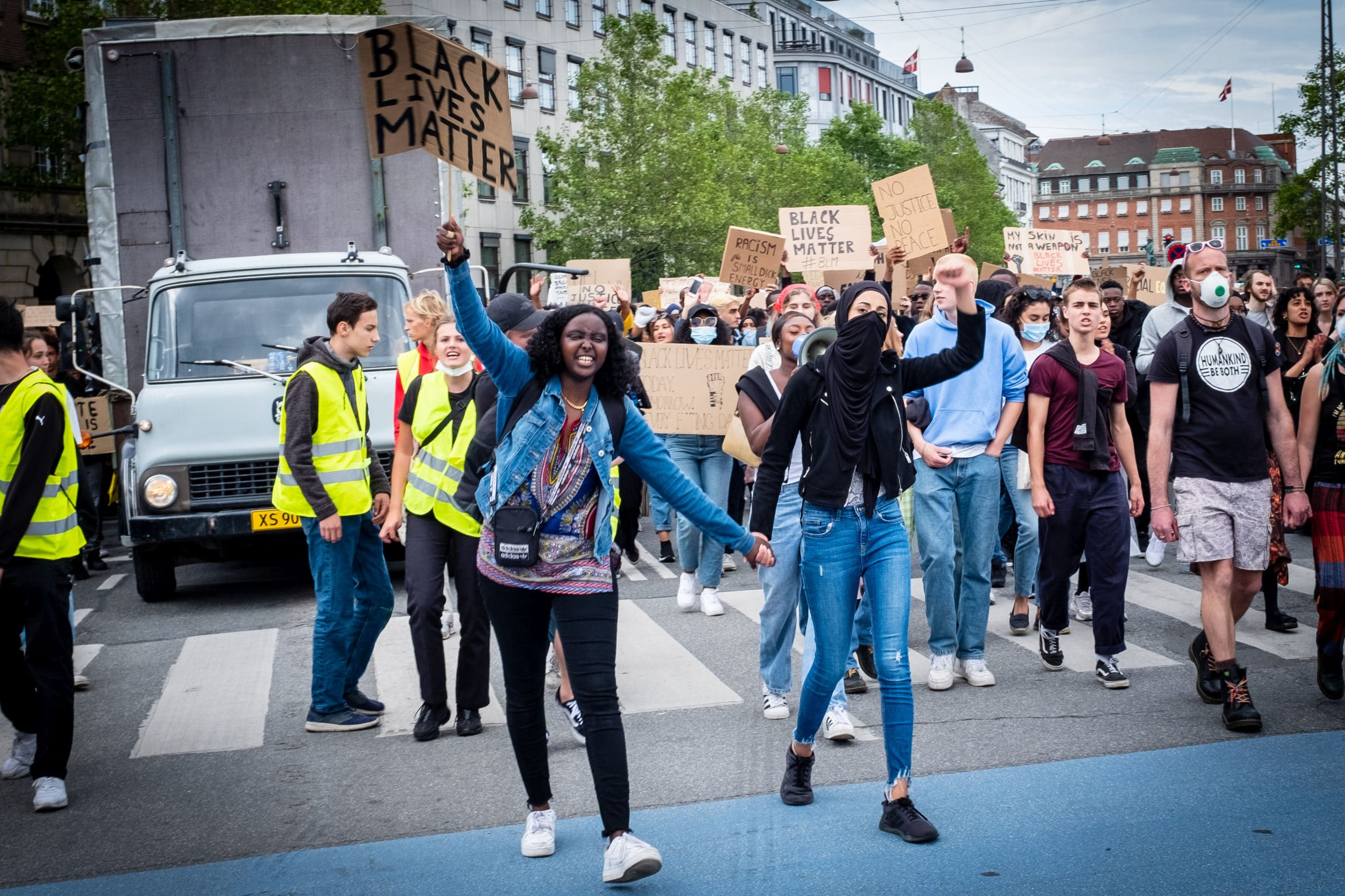 From Black Lives Matter demo in Copenhagen. 20.000 to 30.000 people protest in Copenhagen aganist racism and police brutality, June 7th 2020. Photo: Klaus Berdiin Jensen. (CC BY-NC-SA 2.0).
