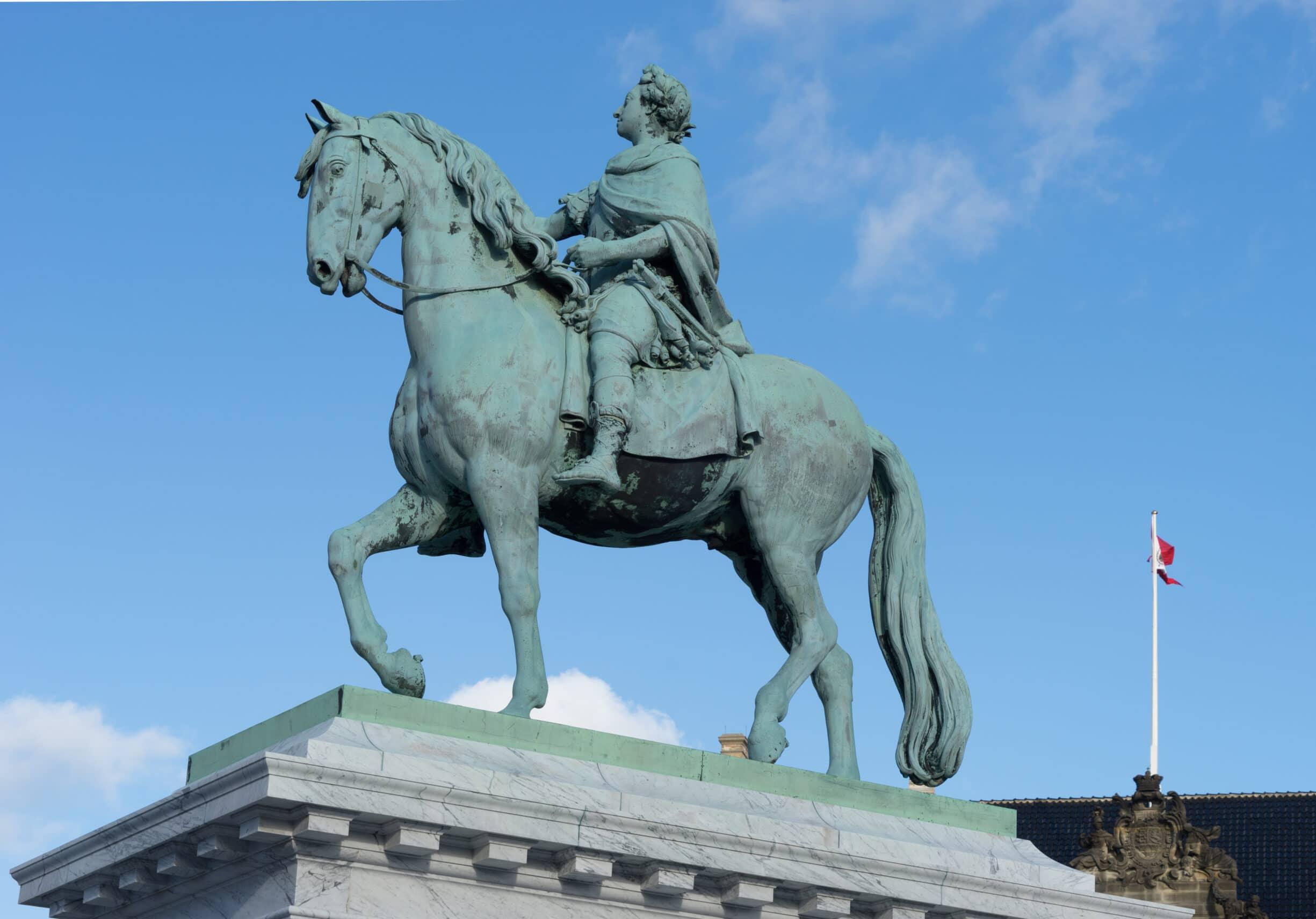 Frederik V rytterstatue på Amalienborg Slotsplads, København, Danmark. Foto taget 26 februar 2016 af Jebulon. Public Domain.