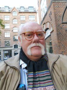 Wilfred Gluud på Blågårds Plads ud for hans stamværtshus Blågårds Apotek. Foto: Taget 23 september 2019 af pma